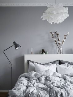93 Elegant and Cozy White and Grey Bedroom Decoration http://homadein.com/2017/03/30/93-elegant-cozy-white-grey-bedroom-decoration/