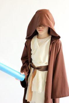 Child wearing a Star Wars Obi-wan costume with brown robe. Star Wars Halloween, Star Wars Christmas, Diy Halloween Costumes For Kids, Diy Costumes, Kids Star Wars Costumes, Carnival Costumes, Cape Costume, Costume Jedi, Star Wars Birthday