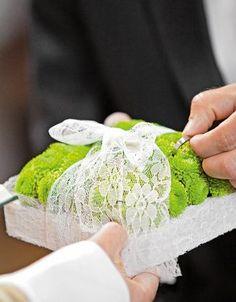 Ringkissen aus grünen Blüten mit Spitzenband – ring pillow made of green flowers and a lace ribbon – www.weddingstyle.de