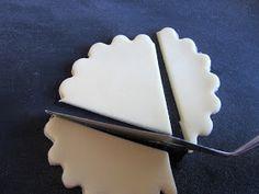 Kellokukkia olen kokeillut muotoilla useammalla eri tavalla. Silikonimuotilla, kuppiin painamalla, pyöreäpäisen tikun nokkaan muotoilemalla ...