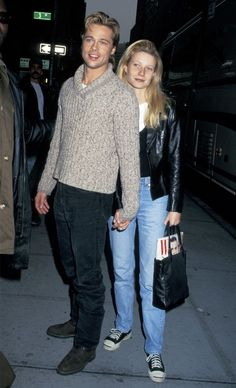 Gwyneth Paltrow and Brad Pitt were the Hollywood power couple of the until their split in and now Paltrow says she is thankful she broke up with Pitt when she did for this very interesting (and understandable) reason. Oklahoma, Gwyneth Paltrow, Fashion Night, 90s Fashion, Jennifer Aniston, Thelma Et Louise, Hollywood, Famous Couples, Famous Celebrity Couples