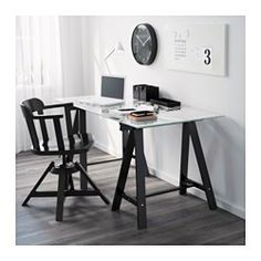 The table top in tempered glass is stain resistant and easy to clean.
