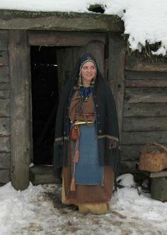 Suomalainen muinaispuku ja kaarihuntu /  Ancient Finnish Dress