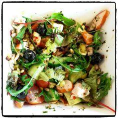 Smoked chicken, feta, rucola, black olives, cucumber, nuts salad. #healthyeating #jemzdrowo #lekker #gezond #yum #salatka.