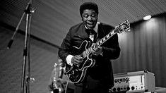Riley B. King, más conocido como B.B. King, fue un músico, cantante y compositor estadounidense. Es ampliamente considerado uno de los músicos de blues más influyentes de todos los tiempos.
