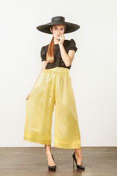 FLEURY: Falda-pantalón de organza de seda amarilla, forro interior y bolsillos laterales. Por: @kolonakimadrid