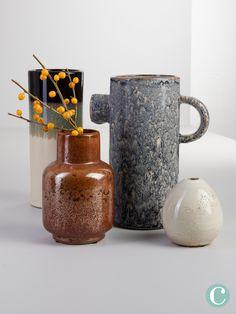 Diese Vase fällt auf! Einzeln, aber auch kombiniert mit anderen Vasen, Teelichtern oder Kerzenständern, auf einer Anrichte, auf dem Tisch oder auf der Fensterbank sieht dieser Kracher super aus. Super, Mugs, Tableware, Colors, Home, Trays, Vases, Home Decor Accessories, Table