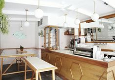 In this Californian coffee shop are light wood panels, gilded pendant lights, and good vibes. Nyc Coffee Shop, Best Coffee Shop, Coffee Shop Design, Coffee Shops, Cafe Bar, Cafe Restaurant, Back Bar Design, Coffee Carts, Kitchen Stories