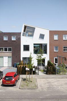 Een moderne split-level rijtjeshuis in Almere, waar de bovenste verdieping ogenschijnlijk er schuin op geplaatst is. Opvallen doet dit ontwerp zeker, met zo'n geveltop. Bij deze post is het nog een photoshop, maar architect Marc Koehler laat het in werkelijkheid komen. (via de Architect)