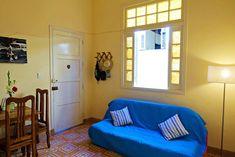 Gesamte Unterkunft in La Habana, Kuba. Schönes 2-Zimmer Apartment zentral gelegen, mitten in der Altstadt Havannas. Direkt vor Ihrer Haustüre liegt die bekannte Obispo Street. Ein paar M... Havana, Couch, Room, Furniture, Home Decor, Cuba, Old Town, Pool Chairs, Couple