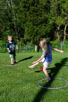 Hula Hoop Blockers--looks like a fun easy game for the preschoolers at Field Day Outdoor Games For Kids, Outdoor Gym, Hula Hoop Games, Field Day Games, Kalter Winter, Kids Learning Activities, Water Activities, Outdoor Activities, Fun Games