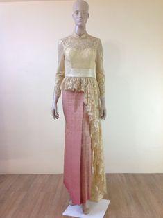 Thai costume. ชุดไทย สีทอง #ชุดไทยเจ้าสาว คอตั้ง เอวระบาบ เสื้อลูกไม้
