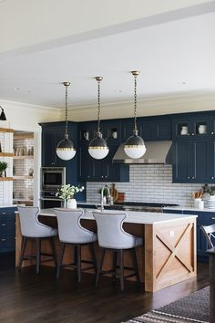 Kitchen Interior Design Kitchen of the week! Check out this navy blue farmhouse kitchen with a subway tile splashback. Ultra modern version of farmhouse style. Kitchen Interior, Kitchen Inspirations, Home Decor Kitchen, Kitchen Remodel, Kitchen Decor, Home Decor, New Kitchen, Home Kitchens, Kitchen Renovation