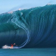 Surfing holidays is a surfing vlog with instructional surf videos, fails and big waves Photo Surf, Big Wave Surfing, Huge Waves, Surfing Pictures, Water Photography, Surfs Up, Ocean Waves, Strand, Surfboard