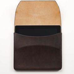 Most leather cases boast with thick durable stitching, but this iPad case is for those seeking a truly sleek casing. Ipad Case, Leather Case, Bag Accessories, Sunglasses Case, Cool Designs, Gadgets, Objects, Carving, Mens Fashion
