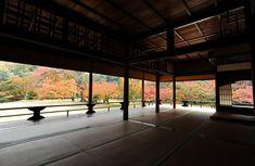 〈桂離宮(朝日新聞撮影)〉 新御殿の明かり障子を開け放つと、紅葉が広がった