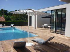 Une superbe terrasse contemporaine en bois exotique - 15 belles terrasses en bois - CôtéMaison.fr