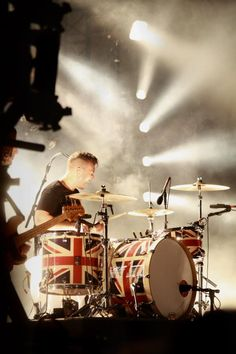 The Agile Beast aka Matt Helders, drummer of the British band Arctic Monkeys Matt Helders, Monkey 3, The Last Shadow Puppets, Alex Turner, Drum Kits, Film Music Books, Indie Music, Arctic Monkeys, Union Jack