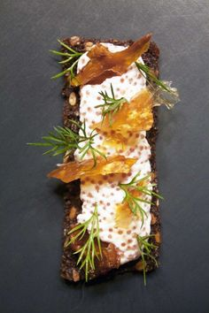 Amagermad  a la Noma // Rye bread with lumpfish roe and crispy chicken skin