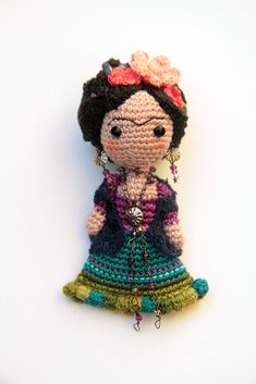 Oh wow, Frida in crochet! Cute Crochet, Crochet Dolls, Knit Crochet, Crochet Hats, Weaving Textiles, Barbie, Crochet Animals, Amigurumi Doll, Yarn Crafts