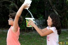 20 Brincadeiras refrescantes para um dia quente - passe a agua agua derramando do balde