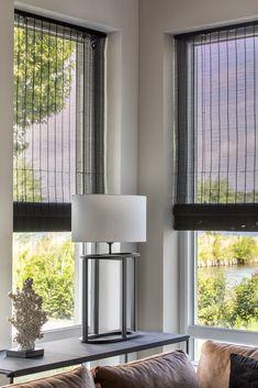 Het geweven hout filtert het daglicht op een prettige manier. Wil je extra warmte toevoegen aan je interieur? Dan is dit raamdecoratie product van natuurlijk materiaal een uitstekende keuze. Stores, Farmhouse Decor, Blinds, Sweet Home, Curtains, Lights, Living Room, Interior, Inspiration