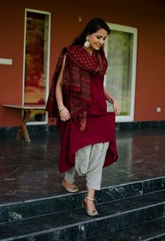 Salwar suits are the most ethnic wear in the fashion world after saree. Here are 10 tips to style salwar suits and be the center of attention. Kurti Designs Party Wear, Kurta Designs, Patiala Suit Designs, Blouse Designs, Dress Indian Style, Indian Dresses, Indian Attire, Indian Ethnic Wear, Pakistani Outfits
