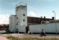 De Visserijschool, uit 1953, ontworpen door ir. J. Jonkman en P. van Dorp uit Leiden. Dit was tot 2012 de oudste- nog als Visserijschool in gebruik zijnde school van Nederland. In 2012 is door de slechte staat van het gebouw en modernisering van de onderwijsmethoden een eind gekomen aan het voortbestaan in dit onderkomen voor het visserijonderwijs. De school is verplaatst naar elders in Katwijk .