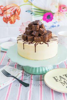 Tarta de toffee y brownie sobre stand para tartas verde menta En el vídeo de esta semana os muestro cómo hacer una tarta marmoleada con buttercream de toffee y trocitos de brownie. ¡Esta tarta lo tiene todo! Un bizcocho de vainilla y chocolate, que combina perfectamente con la cobertura de toffee. Y todo esto coronado con un brownie troceado en la parte superior y unos chorritos de ganache. El proceso para hacer la tarta es sencillo. Si seguís las indicaciones de la receta, al final tendréis…