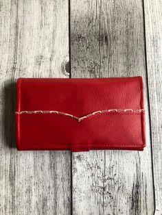 Compagnon Complice en simili rouge à passepoil cousu par Isabelle - Patron Sacôtin