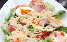 Classic salad made out of hard boiled eggs cold cuts tomatoes cucumbers cheese and lettuce dressed with thousand island dressing Green Salad With Chicken, Chicken Salad, Greek Recipes, Egg Recipes, Cetogenic Diet, Classic Salad, Chicken Eggs, Turkey Chicken, How To Make Salad