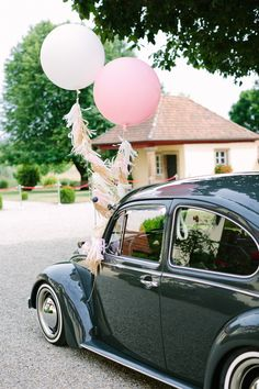 Hochzeit Gut Schwarzerdhof VW Käfer Luftballons Theresa Povilonis Photography