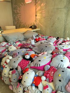A Closer Look at the Edgy Hello Kitty Suite at The Line Hotel - Any Tots Hello Kitty Bedroom, Cat Bedroom, Hello Kitty Plush, Dream Bedroom, Bedroom Decor, Pink Bedding Set, Red Bedding, Wall Stickers Images, Hello Kitty Themes