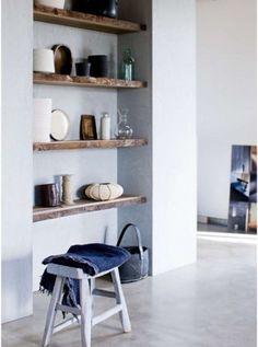 De scheidingswand tussen keuken en kamer willen we op deze manier uitvoeren. Mooi effect van de houten planken met die betonlook.