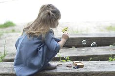 """""""... najprostsze czary na świecie robi się po prostu z wody i płynu do mycia naczyń. Miesza się i gotowe, a czaruje samo dziecko."""" Do kupienia tu: https://madamnamnam.pl/zabawa-w-plenerze/36-zestaw-do-robienia-baniek-mydlanych-amachan-kiko.html?search_query=banki&results=1 #Amachan #bańkimydlane #bańki #madamnamnam Źródło zdjęcia: http://ladnebebe.pl/najprostsze-czary-na-swiecie/"""