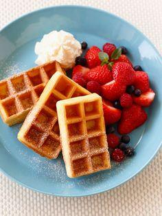サクサク食感のワッフルとベリーが好相性。朝ごはんやおやつに食べたい、ワッフルの作り方をチェック。|『ELLE a table』はおしゃれで簡単なレシピが満載!
