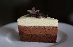 INGREDIENTE: 600 ml frişcă lichidă 200 g ciocolată amăruie 200 g ciocolată cu lapte 200 g ciocolată albă 2 pachete biscuiti 3 linguri mari de unt MOD DE PREPARARE: Fiecare tip de ciocolată se topeşte la bain marie şi se toarnă câte 200