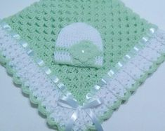 """diy_crafts- Crochet Baby Blanket Set, Baby Beanie Hat, Lt Green, White, Baby Girls """"This beautiful hand crocheted granny square baby blanket is m Baby Girl Crochet, Crochet For Boys, Crochet Baby Booties, Crochet Diy, Hand Crochet, Crochet Hats, Crochet Granny, Simple Crochet, Scarf Crochet"""