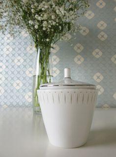 Vintage Ceramic Sugar Bowl White with Gray Design door Vantoen