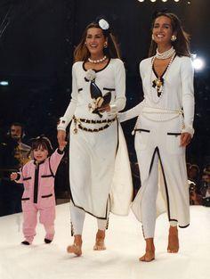 💞 1991 / Yasmin Le Bon, daughter Amber Le Bon & Gail Elliott walking for Chanel Coco Chanel Mode, Coco Chanel Fashion, 90s Fashion, Runway Fashion, High Fashion, Vintage Fashion, Fashion Outfits, Womens Fashion, Fashion Trends