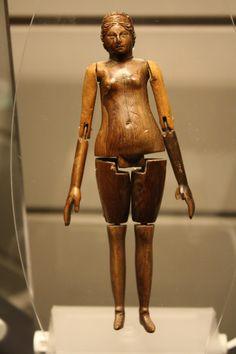 Antica bambola in avorio romano trovato in 8 anni di età tomba bambino. Roma, metà del 2 ° secolo dC