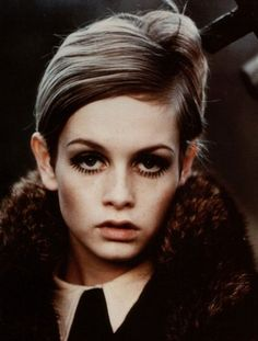 Twiggy really only had one look, but she took it very seriously. Although the mod fashion movement got its start in London, it's Twiggy who is frequently remembered as the face of mod. Twiggy Style, Twiggy Model, Foto Fashion, 1960s Fashion, Fashion Models, Vintage Fashion, Style Fashion, Asos Fashion, Fashion Tag