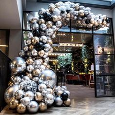 Hotel Christmas Decoration: How to make your property stand out during the Holiday Season Wedding Decorations On A Budget, Balloon Decorations Party, Birthday Party Decorations, Christmas Decorations, Holiday Decor, Disco Theme Parties, Balloon Backdrop, Balloon Garland, Balloon Installation