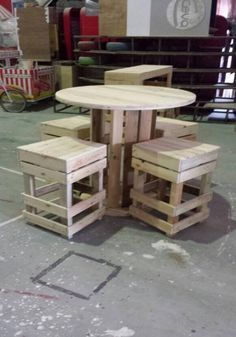 Pallets-Round-Table-and-stools.jpg (700×1000)