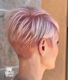 A pixie haircut is designed for not only old women but also contemporary ladies who want to have an edgy look. Pixie hair is not only stylish but also a great h Short Layered Haircuts, Short Hair Cuts, Pixie Cut Styles, Short Hair Styles, Pixie Cut Blond, Coiffure Hair, Pixie Hairstyles, Pixie Haircuts, Hairstyles 2018