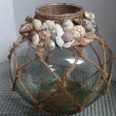 Beach Decor Fishing Float Style Vase with Seash .- Strand-Dekor-Fischen-Hin- und Herbewegungs-Art-Vase mit Seashell-Akzenten Beach Decor Fishing Float Style Vase with Seashell Accents Seashell Art, Seashell Crafts, Beach Crafts, Diy Home Crafts, Arts And Crafts, Crafts With Seashells, Garden Crafts, Decor Crafts, Garden Art