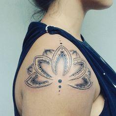 Lotus de ombro! #tattoo #shoulder #lotus #flower #indianart #mandala #beijonoombro