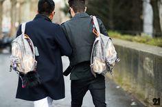 Os acessórios masculinos têm sido o assunto do momento! E, depois de falar sobre bolsas para homens e sobre as capangas aqui em J&M, é hora de abrir espaço para uma nova tendência: as mochilas, que inclusive bombaram na temporada masculina de primavera-verão 2015. Elas estão ganhando as ruas do mundo todo nos ombros dos …