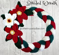 Braided Christmas Wreath, free crochet pattern in Red Heart Strata and Super Saver by Pattern Paradise.A free crochet pattern of a Christmas Wreath. Do you also want to crochet this Wreath? Read more about the Free Crochet Pattern Christmas Wreathfre Crochet Christmas Wreath, Crochet Wreath, Xmas Wreaths, Holiday Crochet, Christmas Knitting, Crochet Home, Crochet Crafts, Crochet Flowers, Free Crochet