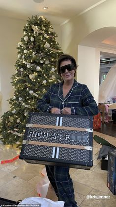 Kris Jenner has become crazy rich from producing Keeping Up With The Kardashians and being a momager to her money maker kids. Kris Jenner Meme, Kris Jenner Style, Kris Jenner House, Kardashian Family, Kardashian Jenner, Kylie Jenner, Kardashian Kollection, Murs Roses, Kristin Cavallari